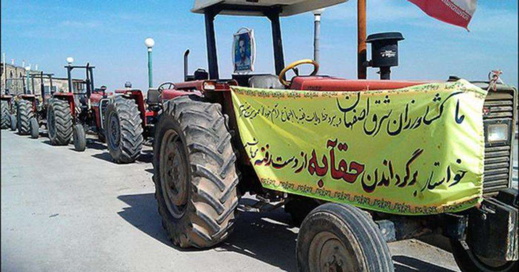 1,500 farmers parked their vehicles and tractors along the Zayandeh Rud river that runs through Isfahan.